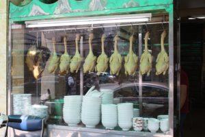 店頭に吊るされた丸鶏