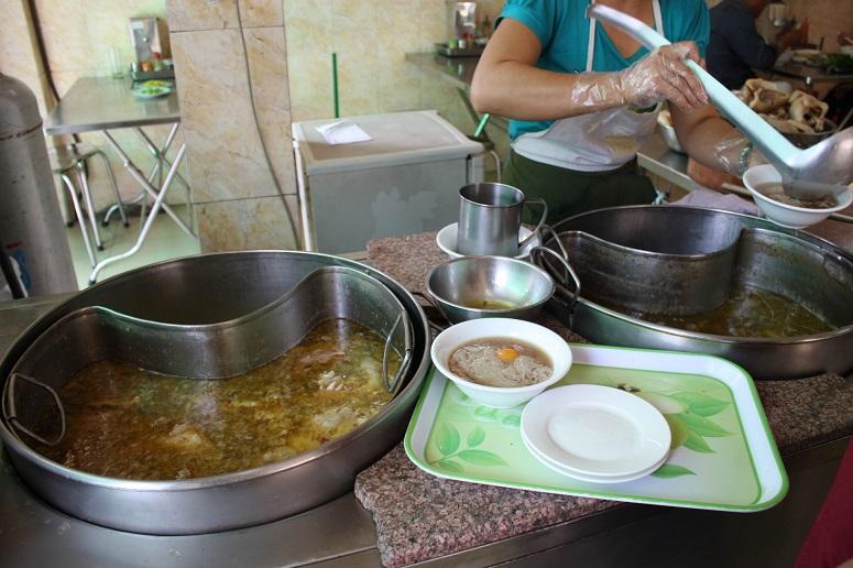 HUONG BINHの店頭の調理場