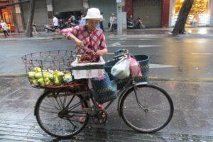 マンゴーを売っている女性