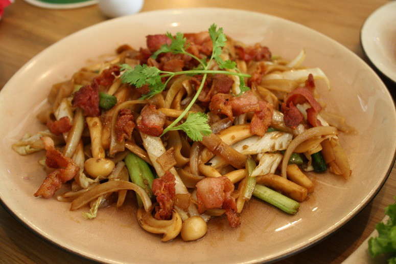 Sauteed flat brown rice noodle with bacon , lingzhi & king trumpet mushrooms