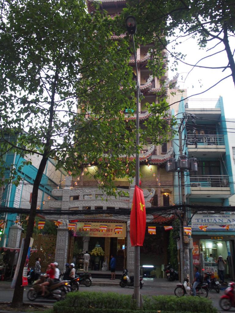 SON NGA向かいのお寺