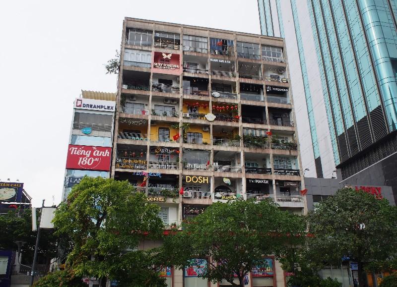 グエンフエ通りのアパート(撮影:グッチ)